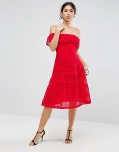 Кружевное платье миди с открытыми плечами ASOS - Красный