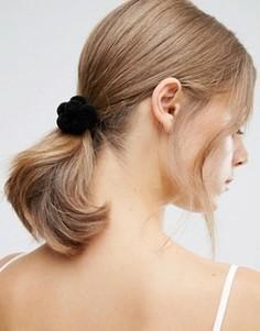 Резинка для волос с цветком из помпонов ASOS - Серый