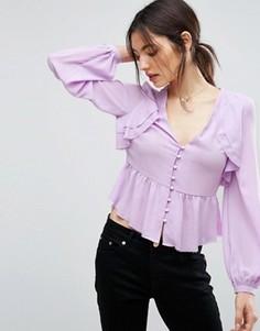 Блузка с V-образным вырезом, оборками спереди и баской ASOS - Фиолетовый