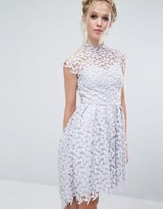 Кружевное платье с высоким воротом Chi Chi London - Серый