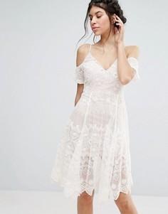 Кружевное платье миди с открытыми плечами Love Triangle - Белый