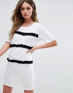 Платье-футболка с контрастными рюшами Boohoo - Белый