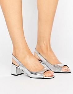 Босоножки цвета металлик на блочном каблуке с ремешком через пятку New Look - Серебряный