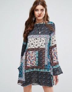 Свободное платье с лоскутным принтом пейсли Missguided - Синий
