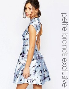 Платье для выпускного с высокой горловиной, открытой спиной и цветочным принтом Chi Chi London Petite - Фиолетовый