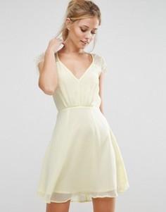 Короткое приталенное кружевное платье Elise Ryan - Желтый