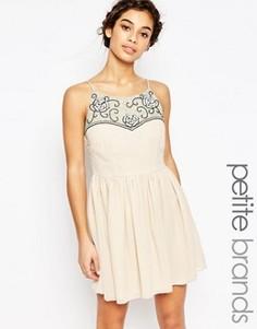 Короткое приталенное платье с вышивкой на топе Maya Petite - Кремовый