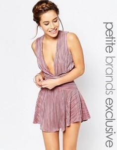 Короткое приталенное платье со складками и глубоким вырезом спереди John Zack Petite - Розовый