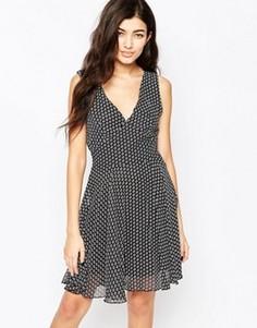 Короткое приталенное платье в цветочек с V-образным вырезом Iska - Черный