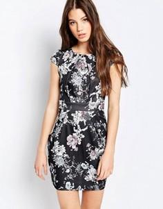 Платье-футляр с цветочным принтом QED London - Черный