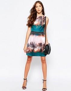 Приталенное платье с принтом Yumi - Розовый