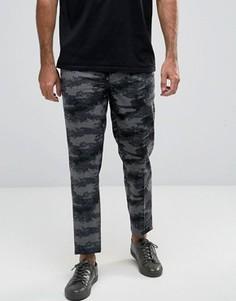Серые зауженные брюки в строгом стиле с камуфляжным принтом ASOS - Серый