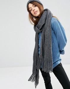 Супермягкий вязаный шарф с длинной бахромой ASOS - Серый