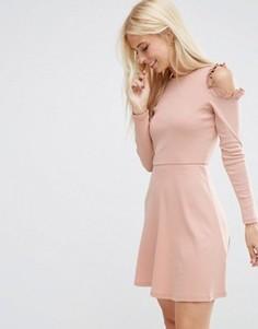 Короткое приталенное платье с рюшами и вырезами на плечах ASOS - Розовый