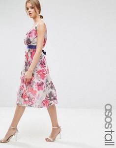 Плиссированное платье миди с цветочным принтом и лентой ASOS TALL - Мульти