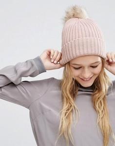 Свободная шапка‑бини в рубчик с помпоном из искусственного меха ASOS - Розовый