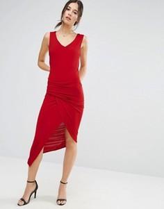 Красное платье без рукавов с V-образным вырезом и асимметричными сборками Liquorish - Красный