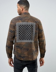 Камуфляжная рубашка навыпуск с принтом в стиле банданы на спине ASOS - Коричневый