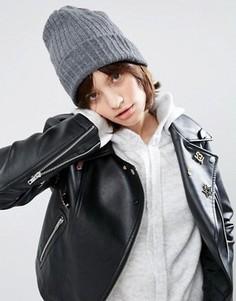 Шапка-бини в стиле бойфренда в рубчик ASOS - Серый