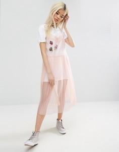 Сетчатое платье-комбинация с плиссированной юбкой и нашивками ASOS - Розовый