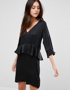 Цельнокройное платье с рукавом 3/4 и оборками Minimum - Черный