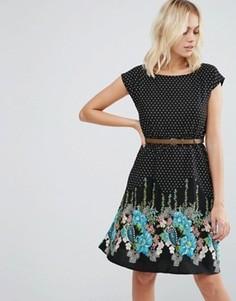 Короткое приталенное платье с принтом Yumi - Черный