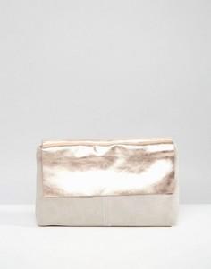 Кожаный клатч с клапаном с эффектом металлик ASOS - Розовый