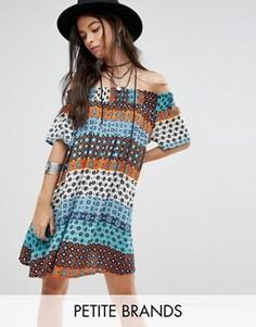 Цельнокройное платье с открытыми плечами и принтом Glamorous Petite - Мульти