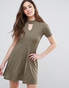 Короткое приталенное платье с вырезом капелькой спереди Daisy Street - Зеленый