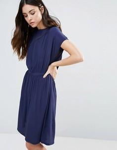 Короткое приталенное платье с короткими рукавами Minimum - Темно-синий