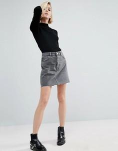 Выбеленная серая джинсовая мини-юбка с завышенной талией и необработанным краем ASOS - Серый