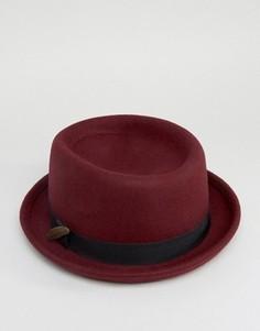 Бордовая фетровая шляпа с загнутыми кверху полями и пером ASOS - Красный
