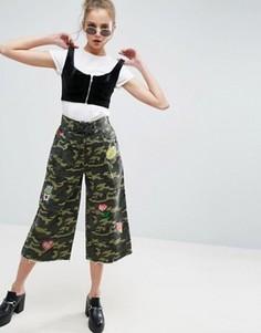 Широкие камуфляжные брюки со шнуровкой и нашивками ASOS - Мульти