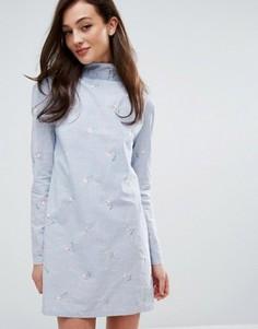 Платье в синюю полоску с вышивкой и высокой горловиной Fashion Union - Синий