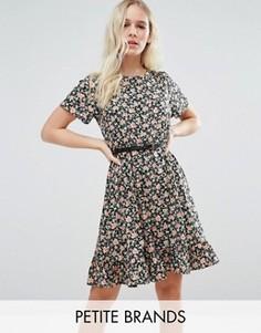 Приталенное платье с оборкой на подоле и цветочным принтом Yumi Petite - Черный