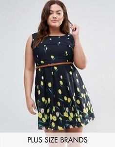 Короткое приталенное платье с принтом и поясом Yumi Plus - Темно-синий