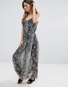Платье макси с накладкой с принтом QED London - Черный