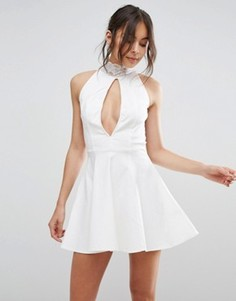 Короткое приталенное кружевное платье с высоким воротом Rare - Белый