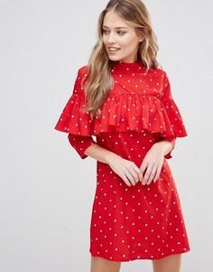 Цельнокройное платье с рюшами в верхней части и высокой горловиной Influence - Красный