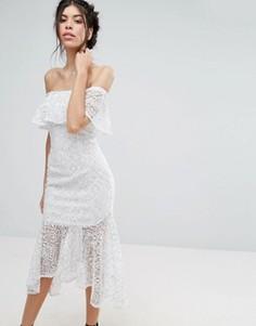 Кружевное платье миди с открытыми плечами и баской Love Triangle - Белый