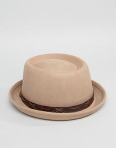 Мягкая шляпа с плоской круглой тульёй и лентой из искусственной кожи ASOS - Бежевый