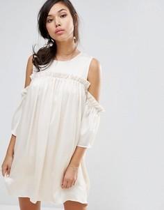 Платье с открытыми плечами и рюшами Fashion Union - Бежевый
