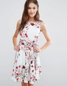 Короткое приталенное платье с цветочным принтом Yumi - Белый