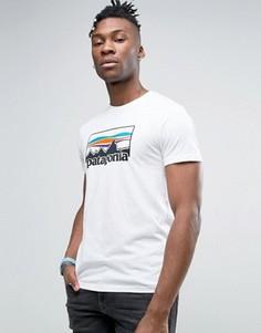 Белая узкая футболка с принтом Patagonia - Белый