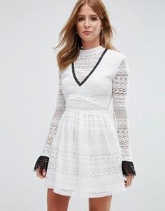 Кружевное короткое приталенное платье с высокой горловиной Millie Mackintosh - Белый