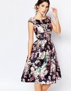 Платье миди с цветочным принтом и вырезом капелькой сзади Chi Chi London - Мульти
