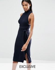 Трикотажное платье миди в рубчик с запахом, открытой спиной и завязками Lavish Alice - Темно-синий