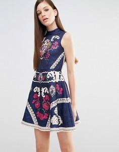 Короткое приталенное платье с высокой горловиной, принтом и отделкой Comino Couture - Темно-синий