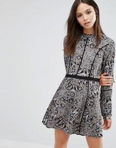 Короткое приталенное платье с принтом Brave Soul - Черный