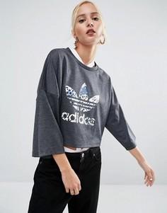 Укороченная футболка с цветочным логотипом‑трилистником adidas Originals - Серый